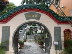 孔道門と黄色い壁の宿坊風の建物の間の大好きな丸い入口・・これを見たら入らずにはいられません!