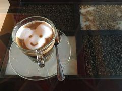 ラオスに来て、ラテアートに出会うとは思いませんでした! ガラス板の下にはコーヒー豆が敷き詰められ、店内はコーヒーの香りが漂います。 ずっと移動だったので、ようやく落ち着けました。