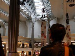 一旦ホテルに戻り小休憩後、再びツアーへ出発! 台北101へ。 館内へ入って、建物の中のエスカレーターを乗り継いで展望台入口をめざします。 館内はブランドショップがずらり。