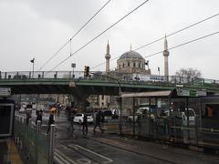 サバサンド屋さんを出て徒歩7分。アクサライ駅に到着。 近くには目印になるモスクが。