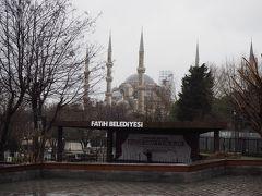 トラムに乗って目的地のスルタンアフメド駅に到着。 トラムに乗っている最中にも沢山のモスクとかモニュメントがあり、飽きずに着いた。  モスク好きには高まる。