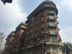 武康大楼。  ここから老房子(上海の古い洋風住宅)です。 この旅唯一の晴れ間でお散歩日和。  安福路まで来るとお店も多くなり、珈琲屋さんなど、 現地の方で賑わってました。