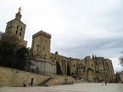 左 Notre Dame des Doms d'Avignon
