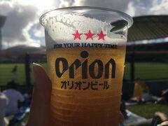 というわけで、無事セルラースタジアムへ行き沖縄らしくオリオンビールを片手に試合開始まで待ちます。  ナイターの試合だったけど、全然ナイター感のない明るさですね。