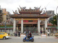 龍山寺の正門が駅からすぐの所にあります。時間が無かったので建物内の観光は次回以降にすることにしました。