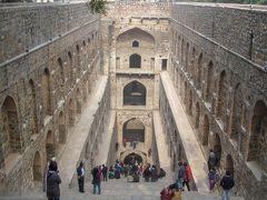 アグラーセン・キ・バオリ(アグラーセンの階段井戸)。 伝説のマハラジャ・アグラーセンによって造られたと言い伝えられるが、現在の建築は13~14世紀のトゥグルク朝時代に再建されたものらしい。