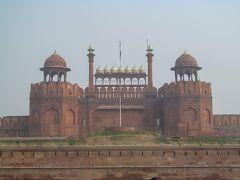 ラール・キラー(赤い城)は、ムガル帝国の第5代皇帝シャー・ジャハーンが、シャージャハーナーバード(現在のオールド・デリー)を築いた際に、居城として造られた。