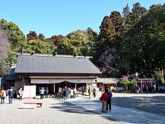 参道の奥に建つ御社殿がこちら。 水戸藩の2名の藩主、第2代徳川光圀(義公)と第9代徳川斉昭(烈公)を祀るため、明治時代初期の1873年に創建された新しい神社です。