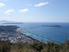 12:15 富士見峠展望台  ちょうど「さるびあ丸」が入港してた。 式根島、神津島も見えてオールスター勢揃い。  右手には富士山もチラリ。 さっきの「新島舞」はこの浜の色なのか。