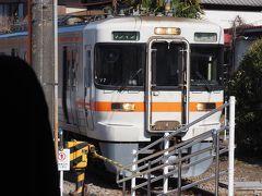 芝川駅で列車交換。 ハイキング姿の乗客が降りて行きました。