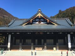 息を切らして山頂を走り回り、本堂に下りてきました。 本堂は1985年、日蓮聖人700遠忌記念事業として再建。間口32m、奥行51m。一度に1,500人の法要ができるそうです。