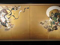 六道珍皇寺の後は先ほどの幽霊子育飴本舗の前を通り、建仁寺に向かいます。 本坊受付から入って最初に見たのがこちらの風神雷神図屏風(複製) 俵屋宗達晩年の最高傑作とされています。 本物は京都国立博物館にあるそうです。