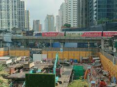 おはようございます。 バンコク最終日になりました。 窓越しからBTSプロンポン駅が見えます。
