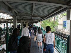 朝飯を食べて無かったので、名店に向かいます。 BTSチットロム駅を下車します。 6番出口を出ます。