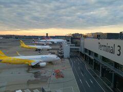 1日目。朝便で成田第3ターミナルより出発。雲が多い・・くもりです。