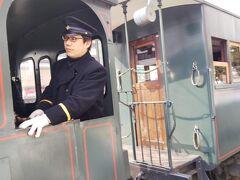 路面電車「勝山町駅」 坊ちゃん列車が運良く赤信号で停車していたのでゆっくりと写真撮れました
