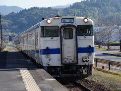 駅へと戻ると、ちょうど列車の来る時間。 9:16発の肥薩線の列車は、二両編成だった。 4人掛けに陣取り、終点の隼人駅を目指す。