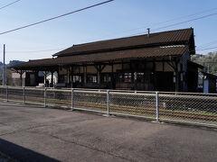 栗野駅の次の駅は大隅横川駅。 この駅舎も、嘉例川駅と同じく、明治36年(1903)の開業当時の建物だ。 以前、列車の行き違いの時間を利用して見学したが、柱に機銃掃射の貫通痕が残っていたのが印象的だった。 列車は、隼人駅を目指して大隅横川駅を後にした。