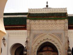 カラウィン・モスクに到着です  こちらも外観見学のみです