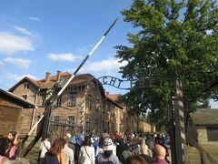 収容所の正門。 ドイツ語で「ARBEIT MACHT FREI」=働けば自由になる(労働は自由を作る)とあります。Bの文字だけ上下逆さなのは、ユダヤ人の抵抗と言われています。 毎日、収容者はこの門を通って労働に出かけ、十数時間後に戻ってきていました。