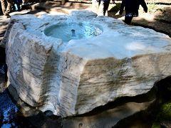 ●吐玉泉  遊歩道を崖下へと続く方へ進むと、湧水を集め茶の湯にも供したという「吐玉泉」があります。