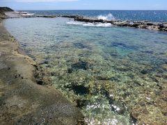 はい、泳ぐのはコチラ‥ 「塩屋海岸プール」です。 断崖絶壁の島には泳げる場所がないので、外海で泳げない子供たちのために、海岸の段をくり抜いて作られた海水プールです。 干潮時だけ泳げます。