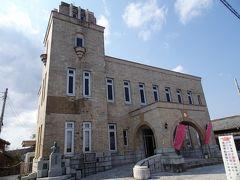 道の駅から北上し常陸太田の市街地へ。 梅津会館前の無料駐車場は空きスペースが残り僅かで、大型バスも停まっていました。 この梅津会館は1936年に町役場として建築され、1978年まで常陸太田市役所として使用されていたとのこと。