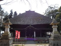 国宝の本堂。茅葺屋根の堂々とした建物です。
