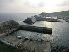 7:28 「南大東漁港」に着きました。 「だいとう」が接岸する、西港/北港/亀池港は太平洋に剥き出しの岸壁があるだけなのですが、この港は島をくり貫くと言う前代未聞の工法で建設された港なんです。