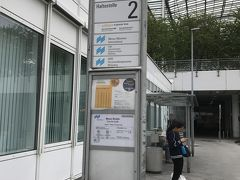 2時間ほどで無事にミュンヘン国際空港に到着しました☆  荷物もちゃんと受け取れたので、エアポートバスに乗って市内へと向かいましょう。  ターミナルの近くにもバス停があるはずなんだけど、やっぱり見当たらなくて、案内に沿って歩いてきたら結局この前と同じ乗り場まで歩いてきちゃった...。  私たちが到着したのはターミナル1。 そこからターミナル2に向かう通路の途中にバス乗り場があります。  もう少し詳しい生き方は以前の旅行記に記載してありますので、知りたい方はご覧ください。 https://4travel.jp/travelogue/11159744  空港からミュンヘン中央駅までは片道11ユーロでした。 本当は往復で買うと18ユーロとお得になるのですが、帰りはウィーンから帰るので片道だけ。  ちなみに、HPから予約すると、ちょっとだけお安くなるようです。  ★The Lufthansa Express Bus https://www.airportbus-muenchen.de/en/