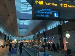無事、着陸しましたー。有名なチャンギ国際空港ですー。ボーディングブリッジを出るとなが~~い通路に出ましたー。とりあえず、記念に最初の1枚をパシャリ!