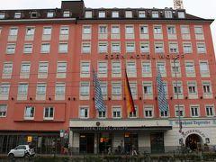 エアポートバスに乗って45分ほどでミュンヘン中央駅に到着。  泊まるホテルはこのバス停のすぐ目の前にある「Eden Hotel Worff」です。 母と一緒だと荷物を持っての移動が大変なので、エアポートバスのバス停から出来るだけ近いところにという事で決めました。  もともと4トラでも人気のホテルで、お部屋もドイツっぽくて可愛いようなので前から泊まってみたかったのです♪