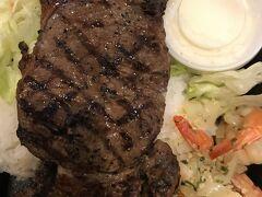 ロイヤルハワイアンセンターのフードコートで食べたハーフステーキ&シュリンプはリーズナブルで美味しかったです。