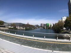 11:48  呉からバスで広島に戻りました。  「中電前」で下車して平和記念資料館に向かいます。  写真は平和記念資料館横の元安川にかかる平和大橋。
