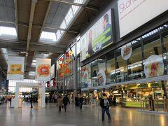 夕食を買いにミュンヘン中央駅へ。  駅構内には飲食店が沢山並んでいるので、ご飯の調達には困りません。 スーパーもありますよ(^_-)  地下街に行けばマックやチャイニーズ、ドラッグストアなどもあります。