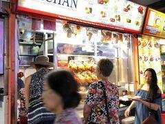 このお店の行列のようでした。あとで調べたところ「Liao Fan Hawker CHAN 香港油鶏飯・麺(ホーカーチャン)」というお店で、ミシュランにも掲載されているそうです。知らなかった!食べてみたいけどここまで並ぶのはいやだな。