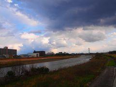 有岡城から伊丹スカイパーク目指して歩く。 猪名川を渡るんですけれど・・・嫌な雲が。