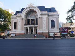 歩いて市民劇場。 ポツンと建っている感があります。