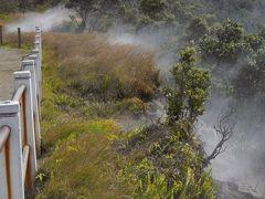 カルデラ付近は、地熱により、いたるところから、水蒸気が上がっています。