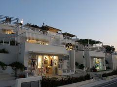 「瀬長島ウミカジテラス」。  ここに来てみたかったのよね~。白い建物、いい感じじゃないですか~!。