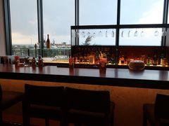 朝食は、昨日カフェで利用した「オーシャンビューレストラン REIR」です。  朝食会場は「サザンテラス」か「REIR」を選べました。「サザンテラス」の場合は前日の22:00までに予約でした。(ちなみにメニューは和定食か洋定食の様です)。  sukeco夫婦はビュッフェの「REIR」へ。  入口には行列が・・・。混雑しているようです(涙)。