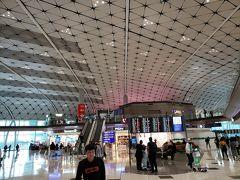 香港空港に到着しました。香港航空はLCCと同じミッドフィールドコンコースというところに到着します。私は初めてだったのですが、きれいでいいですね!このターミナルでも乗り継ぎはできました。乗り継ぎカウンターを目指していけば乗り継ぎ用保安検査場があります。が、行きはよくわからずメインターミナルに電車で移動して保安検査を受けてしまいました。。