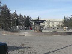 キーロフ広場(Skver Im. Kirova)をお散歩です。 噴水が出ていなくてちょっと残念。 街灯に設置されたスピーカーから音楽が流れていました。  街の中心のはずなのに大きい公園です。 国土の広い国は余裕がありますね。