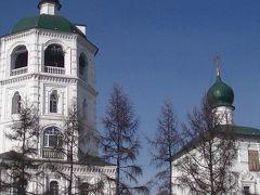 スパスカヤ教会です。 白と緑がよく映えます。 近くから撮ったので全体が入りません。  そばを通って広々としているほうへ行ってみます。