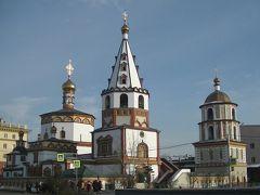 バガヤヴリェーンスキー聖堂(Sobor Bogoyavlensky)です。 道路を挟んで向こう側ですが、近くですと全体が入らなさそうなのでここから撮影しました。 豪華、華麗という言葉が似合います。