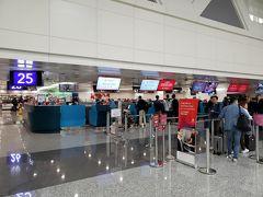 短い台湾滞在を後にして桃園空港にやってきました。チェックインします。一番端っこでした