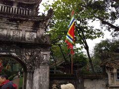 ガイドさんがチケットを購入して中へ 1000年前の都ってことで、門も古めかしい ベトナムの最初の都なんだって