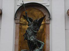 教会の入り口中央に飾られた「悪魔と戦う大天使ミヒャエル」の像