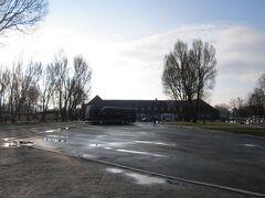 正面の建物、真ん中少し右のプレハブがチケット売り場(無料) 左側に入り口 さらに左の小さな建物が荷物預かり所(PLN4)