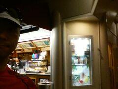 12/8 ハワイ2日目です。  アラームをセットしなくても5時に目が覚めました。  5:36 早朝の散歩に出かけることにします。  アンバサダーホテル前のコーヒービーン&ティーリーフは既に開店していました。
